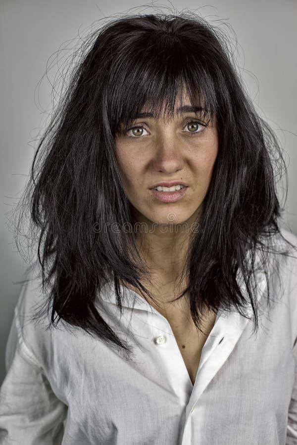 震动的妇女与大而重的头发 免版税图库摄影
