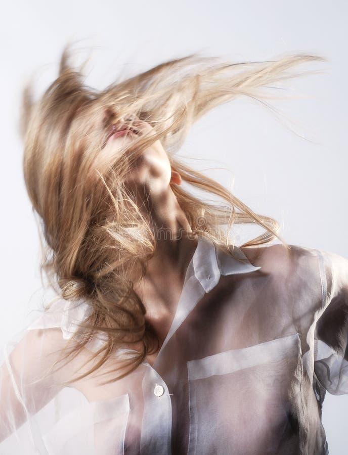 震动长的金发的愉快的女孩 库存照片