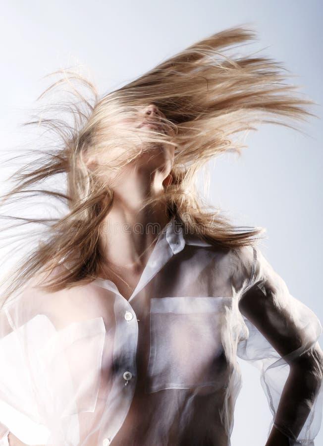 震动长的金发的愉快的女孩 图库摄影