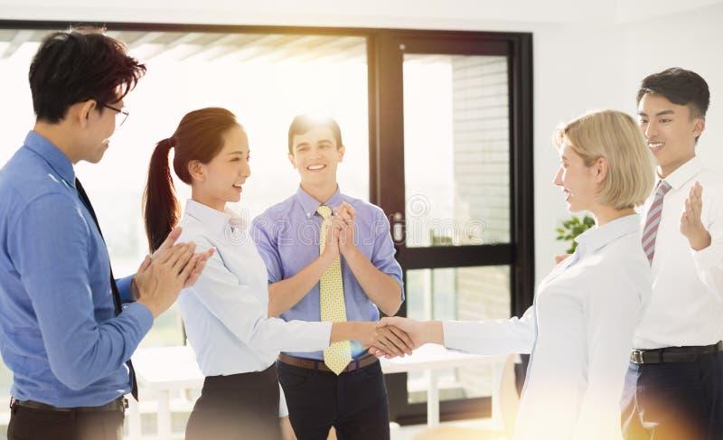 震动handsÂ的女商人在办公室 免版税库存图片