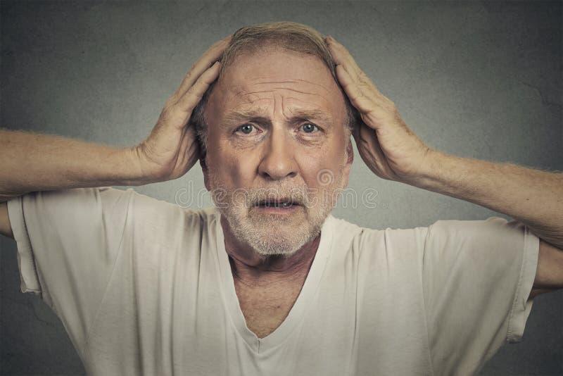 震惊哀伤的老人 免版税图库摄影