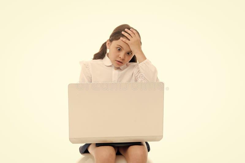 震惊的内容 有震惊面孔的女小学生冲浪的互联网 女孩震惊表示接触她的头 怎么可能这是 免版税库存图片
