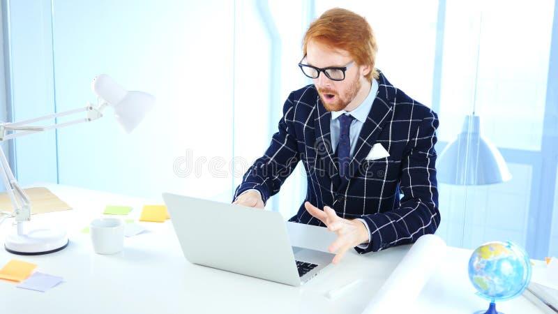 震惊的红头发人商人,震惊创造性的设计师 免版税库存照片