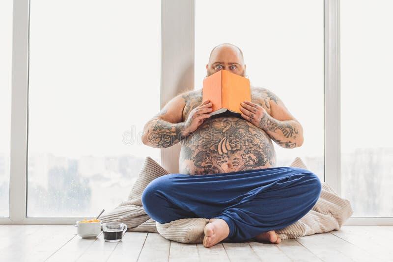震惊肥胖人读了令人恐惧的事 免版税库存图片