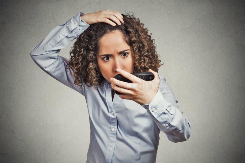 震惊滑稽的看起来的少妇,惊奇她是丢失的头发 免版税库存图片