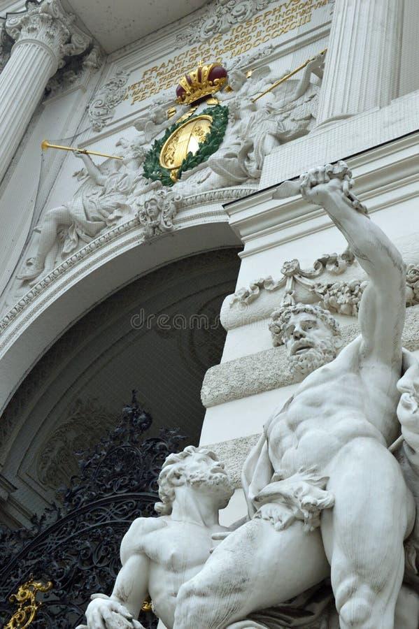 霍夫堡宫圣迈克尔` s翼门户和雕象详述维也纳 库存照片