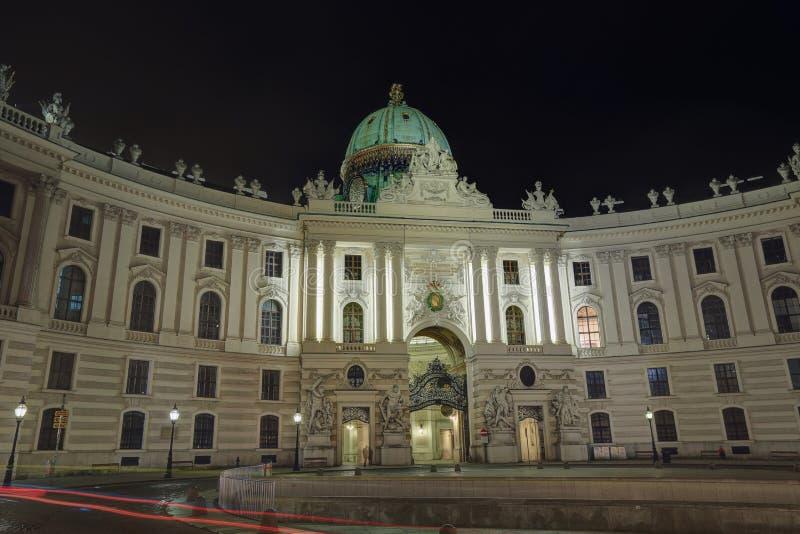 霍夫堡宫的圣迈克尔翼Michaelertrakt的大厦在晚上 奥地利维也纳 免版税库存照片