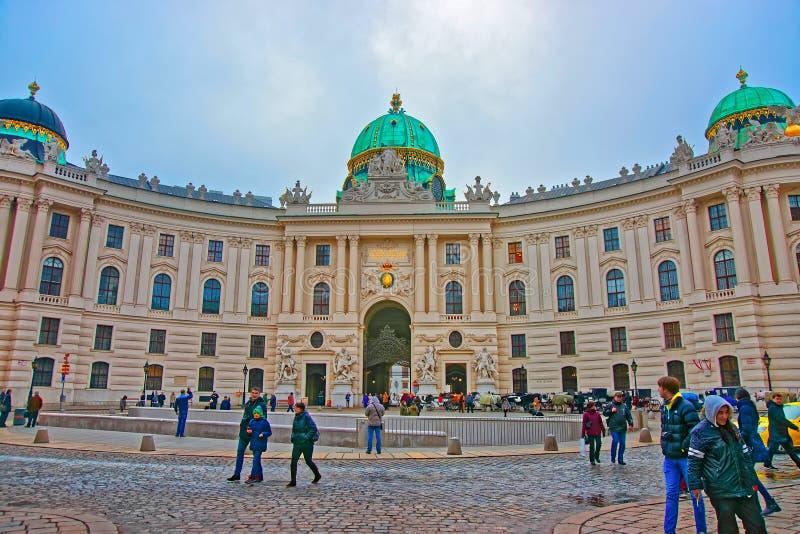 霍夫堡皇宫维也纳欧洲圣迈克尔翼的游人  库存图片