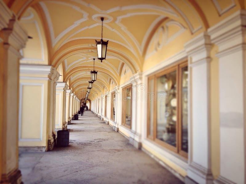 霍尔在购物中心在圣彼得堡的历史的中心 免版税库存照片