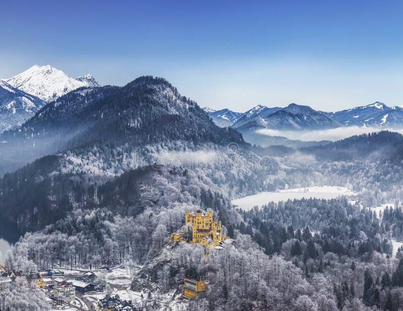 霍恩施万高城堡顶视图在巴伐利亚阿尔卑斯山脉在冬天,巴伐利亚, 免版税库存图片