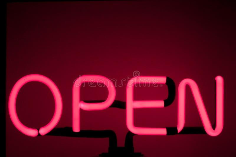 霓虹'开放'标志发光的红色酒吧开放轻的霓虹灯广告夜商店红色桃红色发光的背景 库存照片