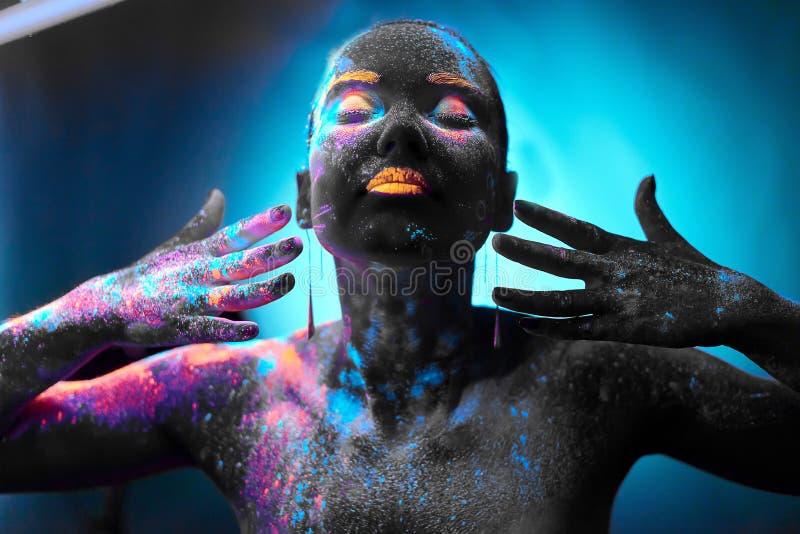 霓虹人体艺术的女孩 免版税库存图片