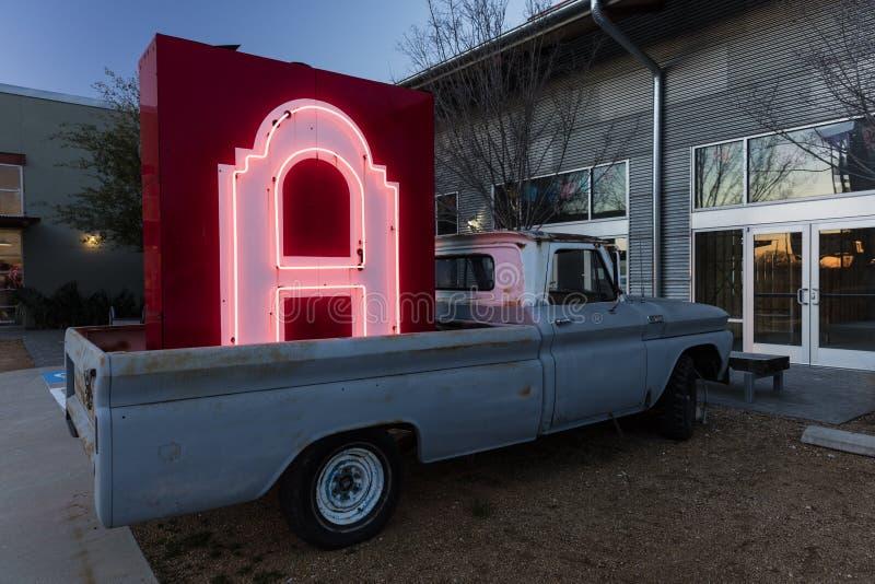 霓虹信件A签到老卡车的备份在沃思堡路的,在达拉斯外面 汽车,白色 免版税库存图片