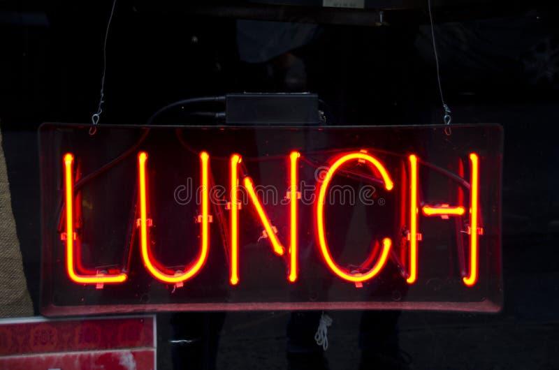 霓虹午餐标志 免版税库存图片