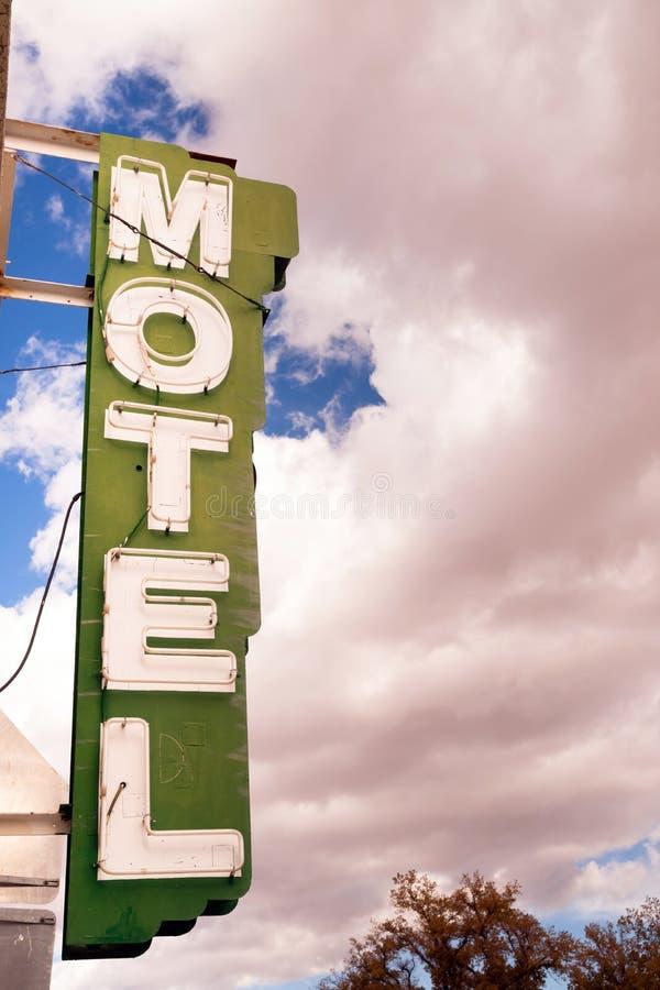 霓虹汽车旅馆标志明白蓝天白色滚滚向前的云彩 库存照片