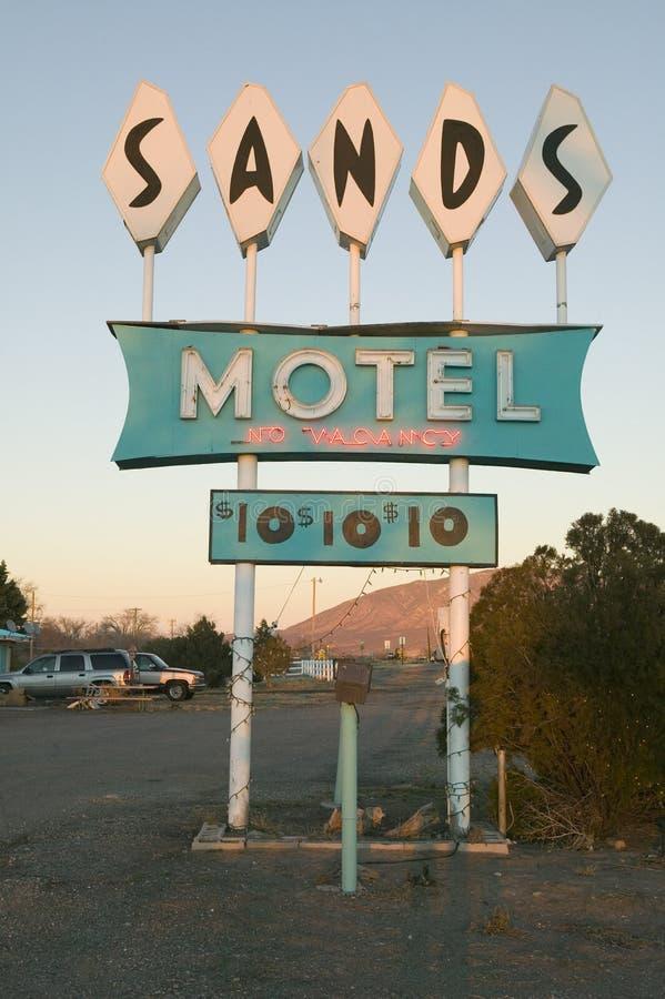 霓虹灯进展在日落在有RV停车处的沙子汽车旅馆$10的,位于路线54 & 380的交叉点在Carrizozo, 免版税图库摄影