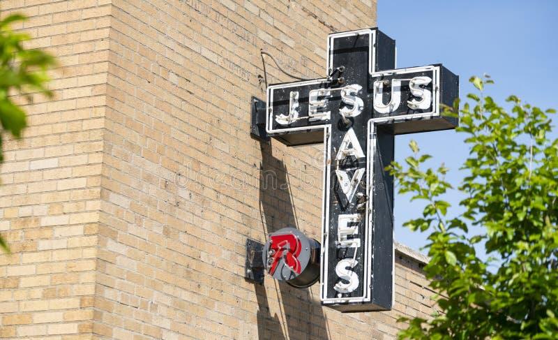 霓虹耶稣保存标志砖墙教会外部 图库摄影