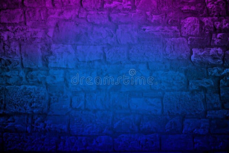 霓虹色的石灰石砖墙 库存图片