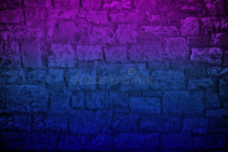 霓虹色的石灰石砖墙 免版税库存图片