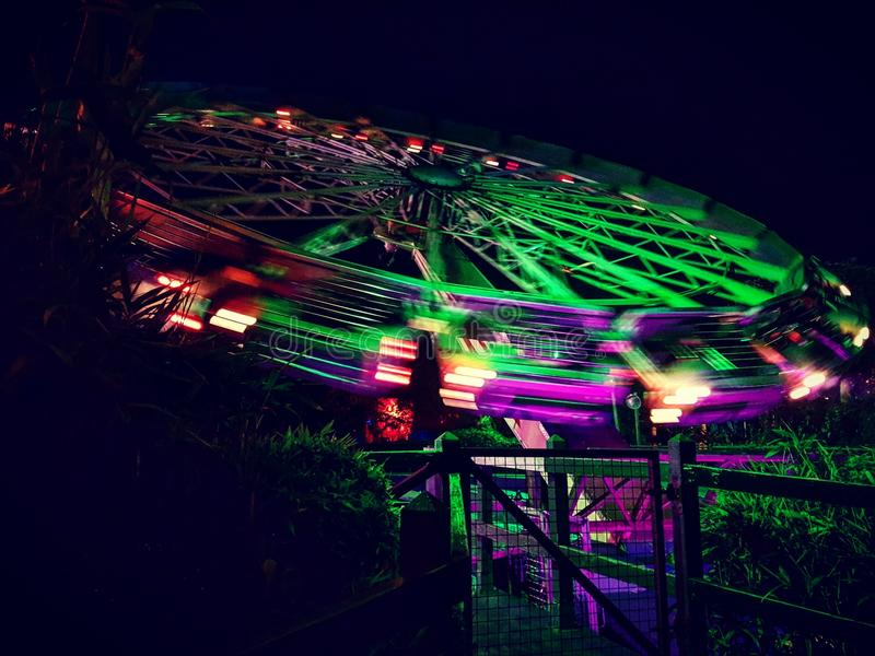 霓虹转动的主题乐园乘驾 库存图片