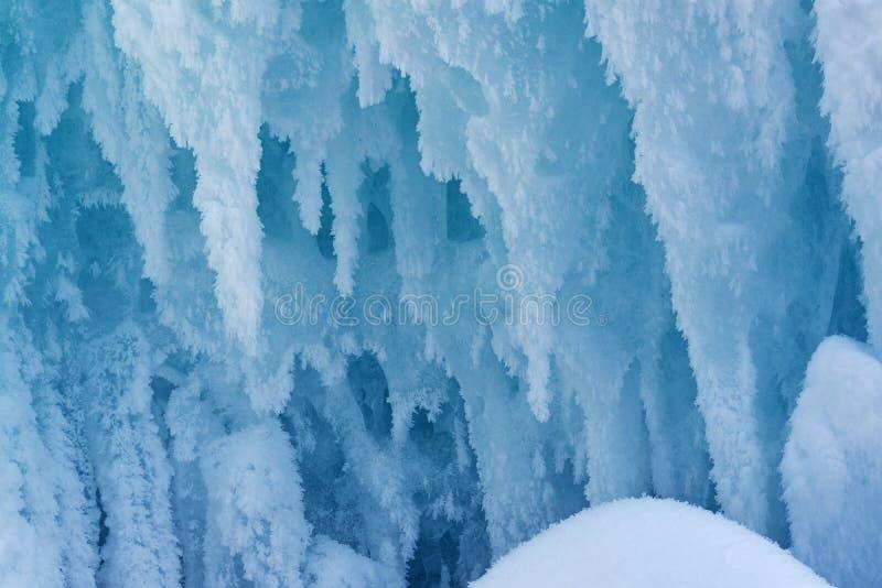 结霜的蓝色冰柱 免版税库存照片