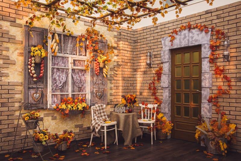 露台 用aut和砖墙的装饰的快门窗口 图库摄影