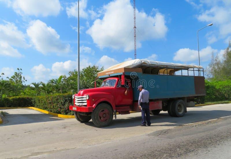 露天公共汽车使用作为在古巴乡下中的运输为本地人 图库摄影