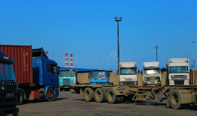 露天等待装货的自动停放的卡车 免版税图库摄影