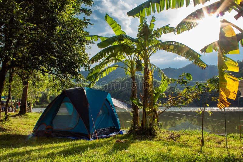 露宿帐篷和香蕉树、山背景和wat 库存图片