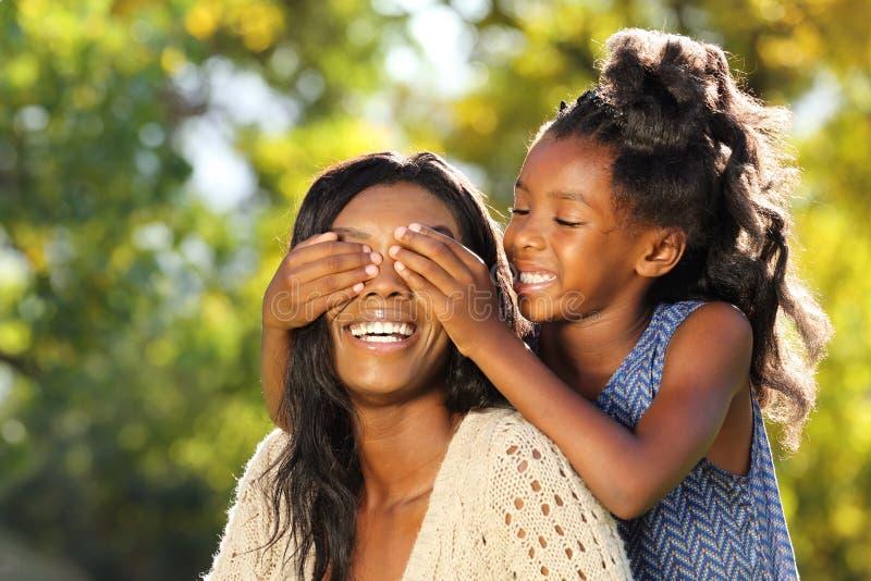 暴露性的嬉戏的非裔美国人的母亲和孩子 库存图片