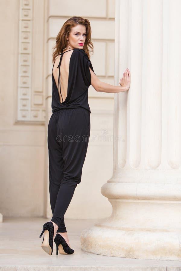 露背的连衫裤的时髦的女人 库存图片