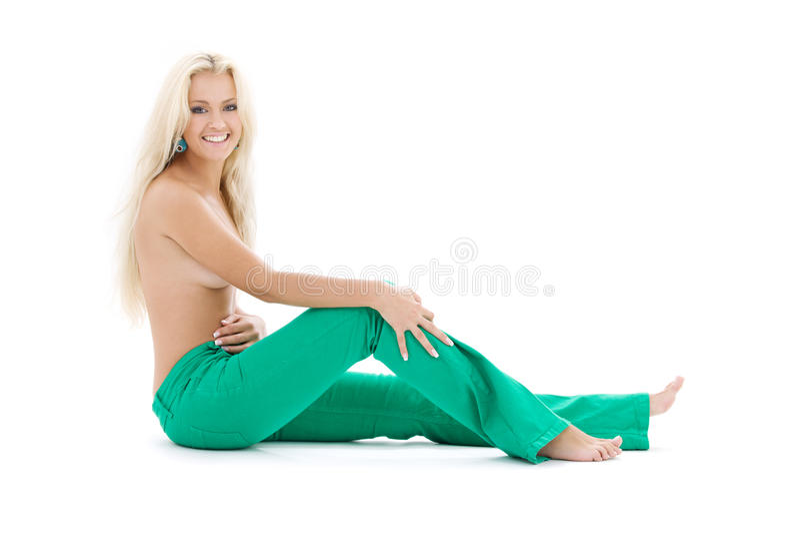 露胸部白肤金发的绿色的牛仔裤 免版税图库摄影