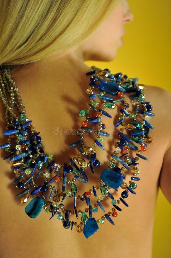 露胸部的式样佩带的设计师项链 图库摄影