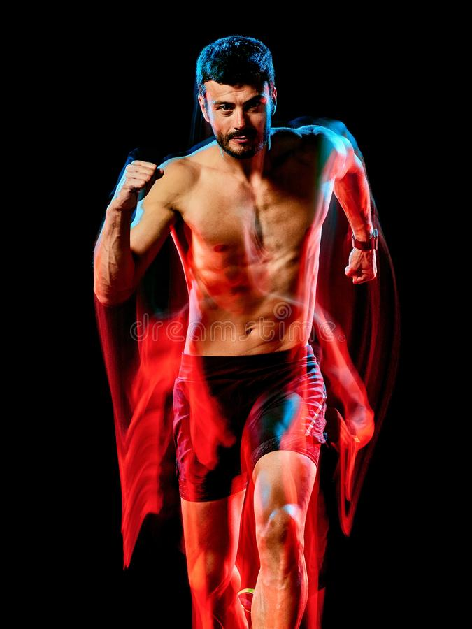 露胸部的肌肉人赛跑者 跑步被隔绝的黑背景的连续慢跑者 免版税库存图片