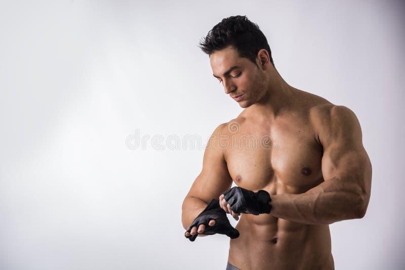 露胸部的肌肉的锻炼的人佩带的手套 免版税库存图片