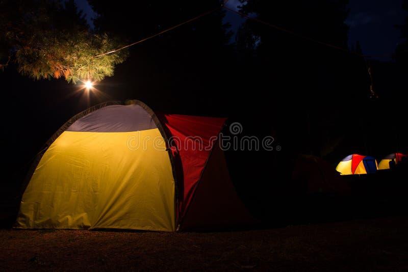 露营地在Rama草甸巴基斯坦在满月夜 免版税库存图片