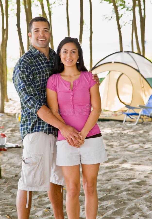 露营地夫妇递藏品 库存图片