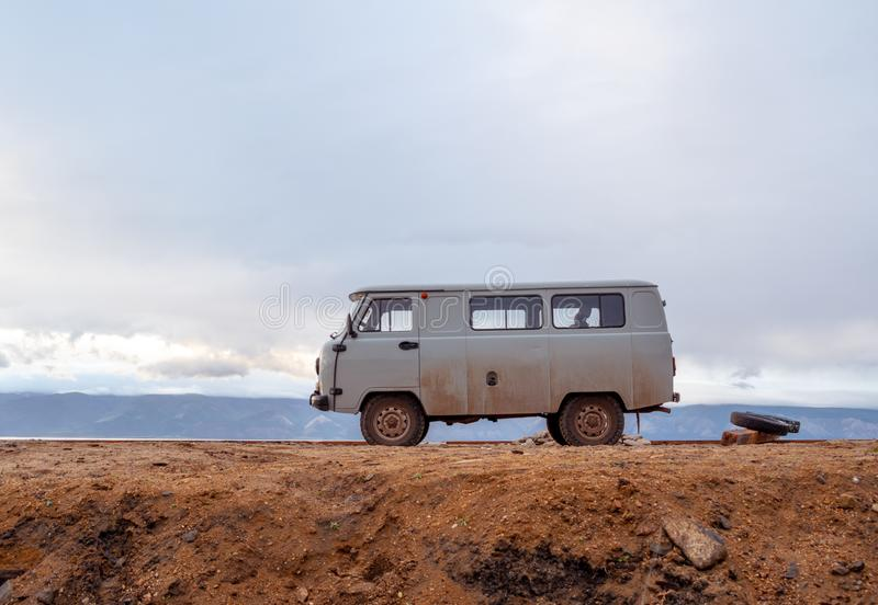 露营者货车在沙漠 库存图片