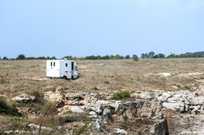露营车在沿海的汽车有蓬卡车 免版税库存图片