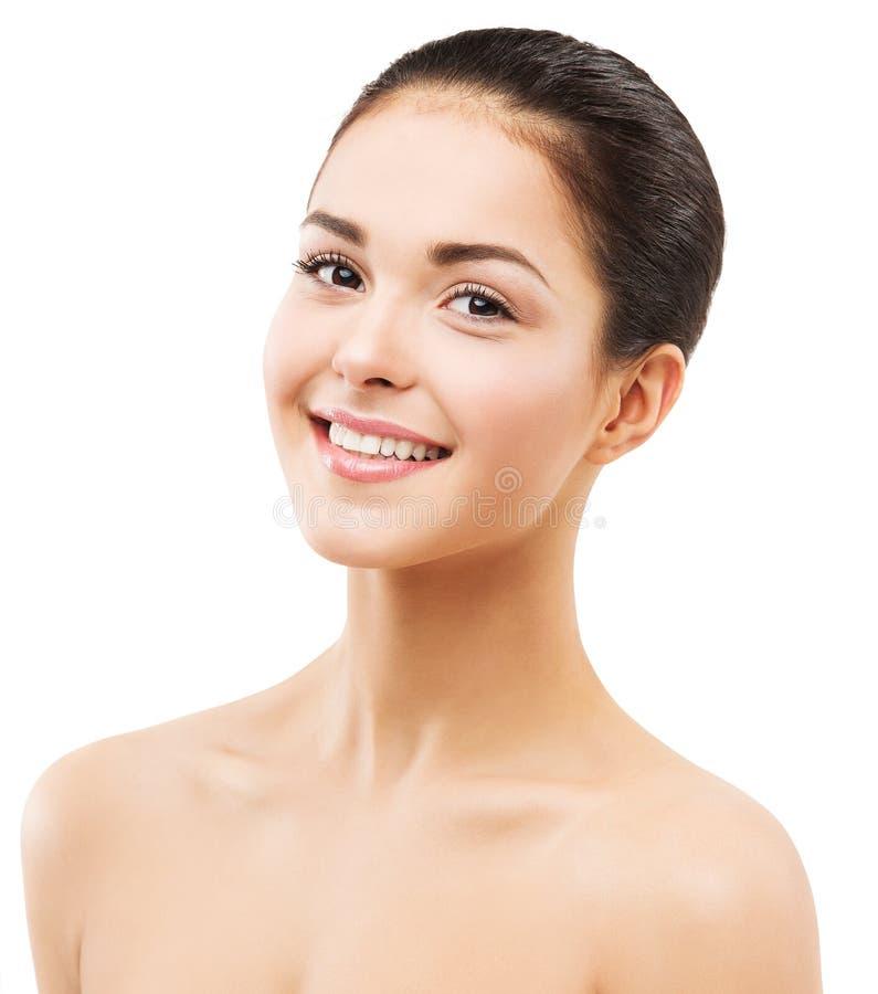 露齿微笑的女性脸庞,自然美妆和护肤,白色黑发女孩 图库摄影