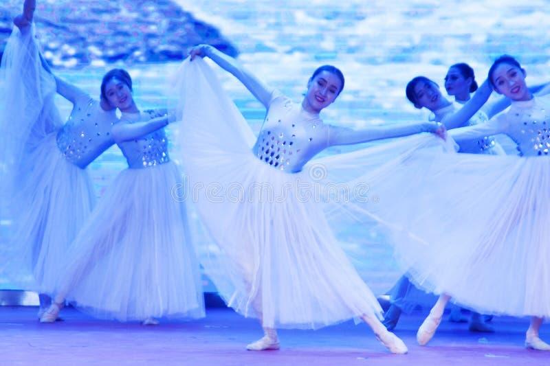 霸州,新疆,中国:被混合的归属企业进行'采取基层文化的活动入一万家 免版税库存图片