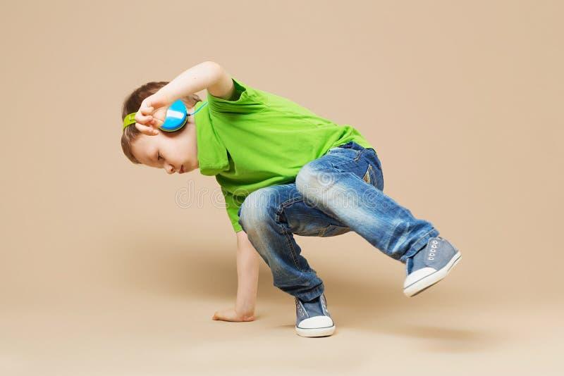 霹雳舞孩子 显示他的技能的一点断裂舞蹈家在danc 库存照片