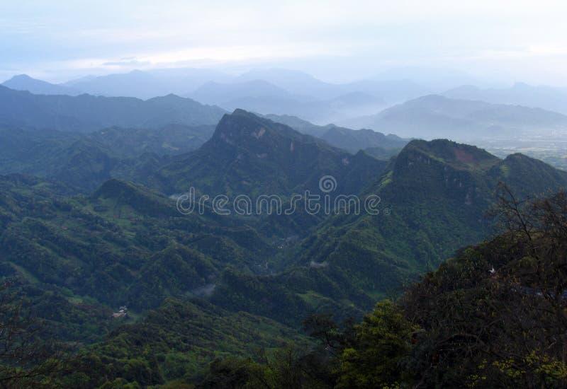 青城山山看法从老君山亭子的在日出前, 免版税库存照片