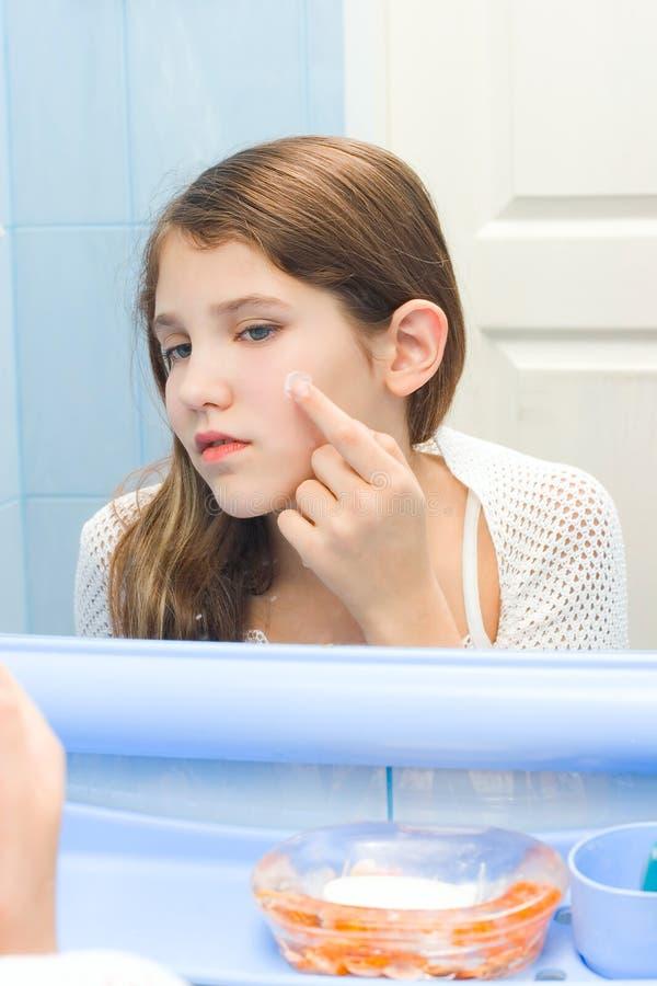 青少年卫生间的女孩 图库摄影