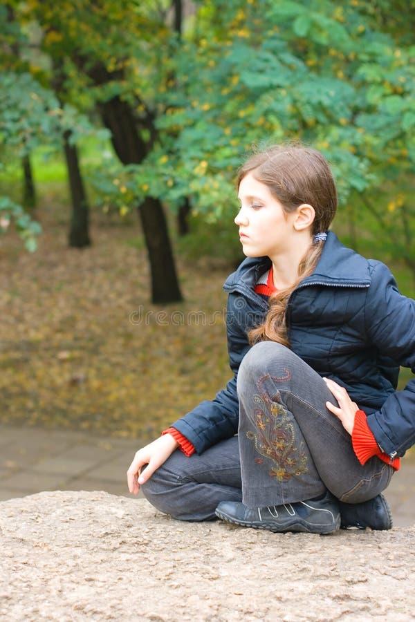 青少年大女孩纵向的石头 图库摄影