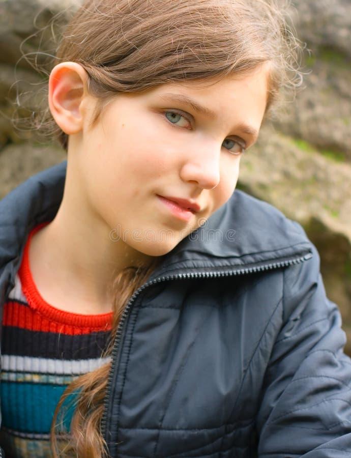青少年大女孩纵向的石头 库存照片