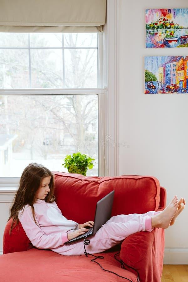 青少年女孩享受在家自学 远程教育和封锁概念 免版税库存照片