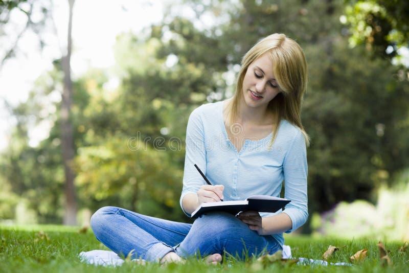 青少年女孩的公园 免版税图库摄影