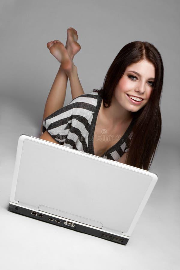 青少年女孩的膝上型计算机 库存图片