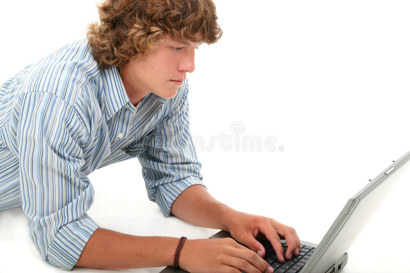 青少年有吸引力的男孩计算机的膝上型计算机 免版税库存图片